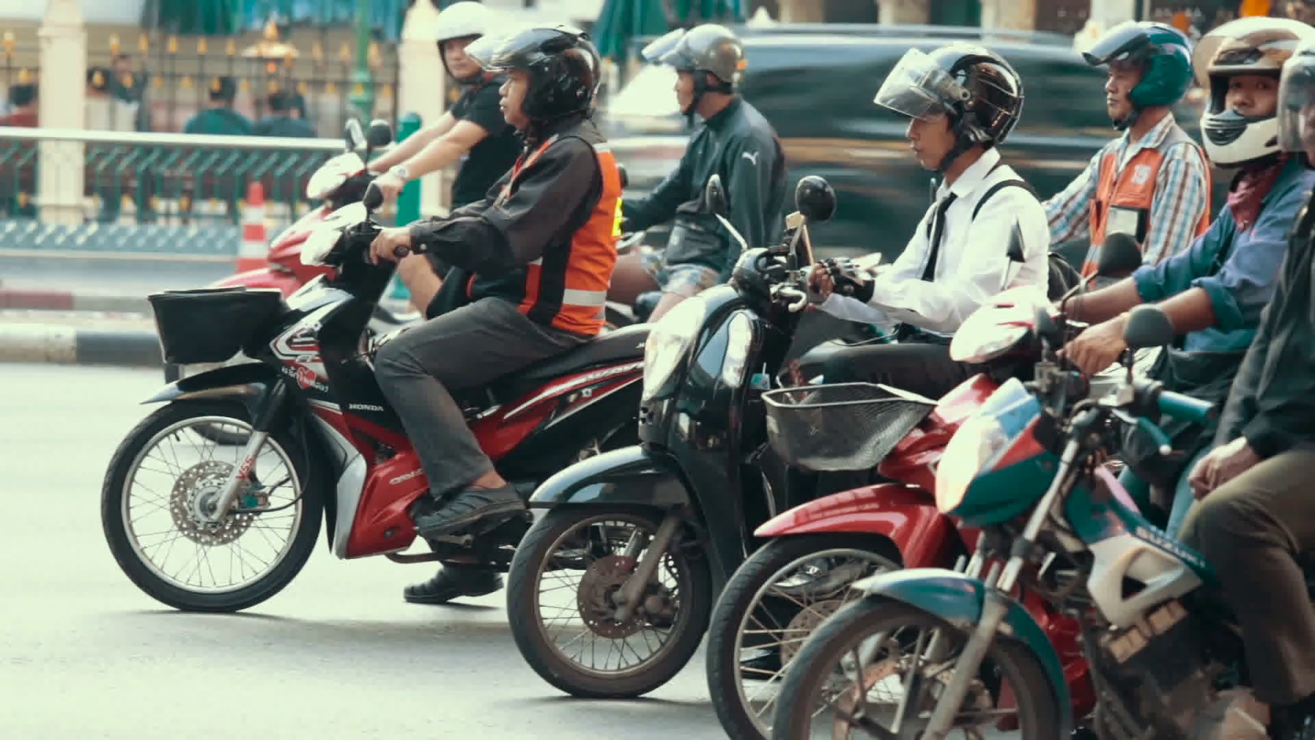 videoblocks-thailand-bangkok-november-20-street-traffic-people-on-mopeds-and-motorcycles-on-the-streets-of-the-city_huep0qwe3x_thumbnail-full01